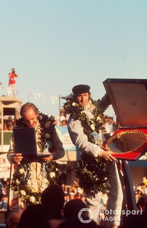Yarış galibi Jackie Stewart, Tyrrell Ford, ve 2. Denny Hulme, McLaren Ford