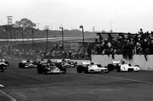 The start of the race in which only twelve cars started. Front row, Emerson Fittipaldi, Lotus 72D, pole sitter Carlos Reutemann, Brabham BT34, Wilson Fittipaldi, Brabham BT33