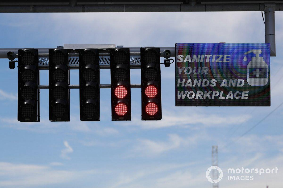 Promemoria di disinfettare le mani e il luogo di lavoro all'inizio e alla fine