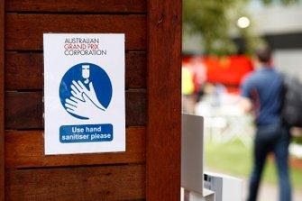 Un avviso che incoraggia l'uso di disinfettante per le mani