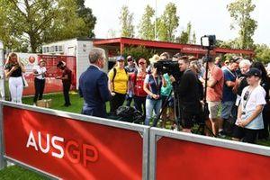 Un ufficiale parla ai media mentre i fan ascoltano