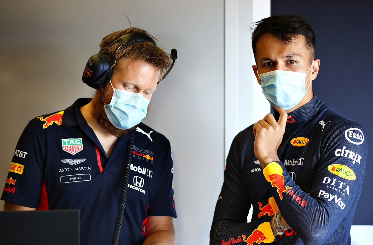 Alex Albon, Red Bull Racing habla con el ingeniero de carrera Mike Lugg