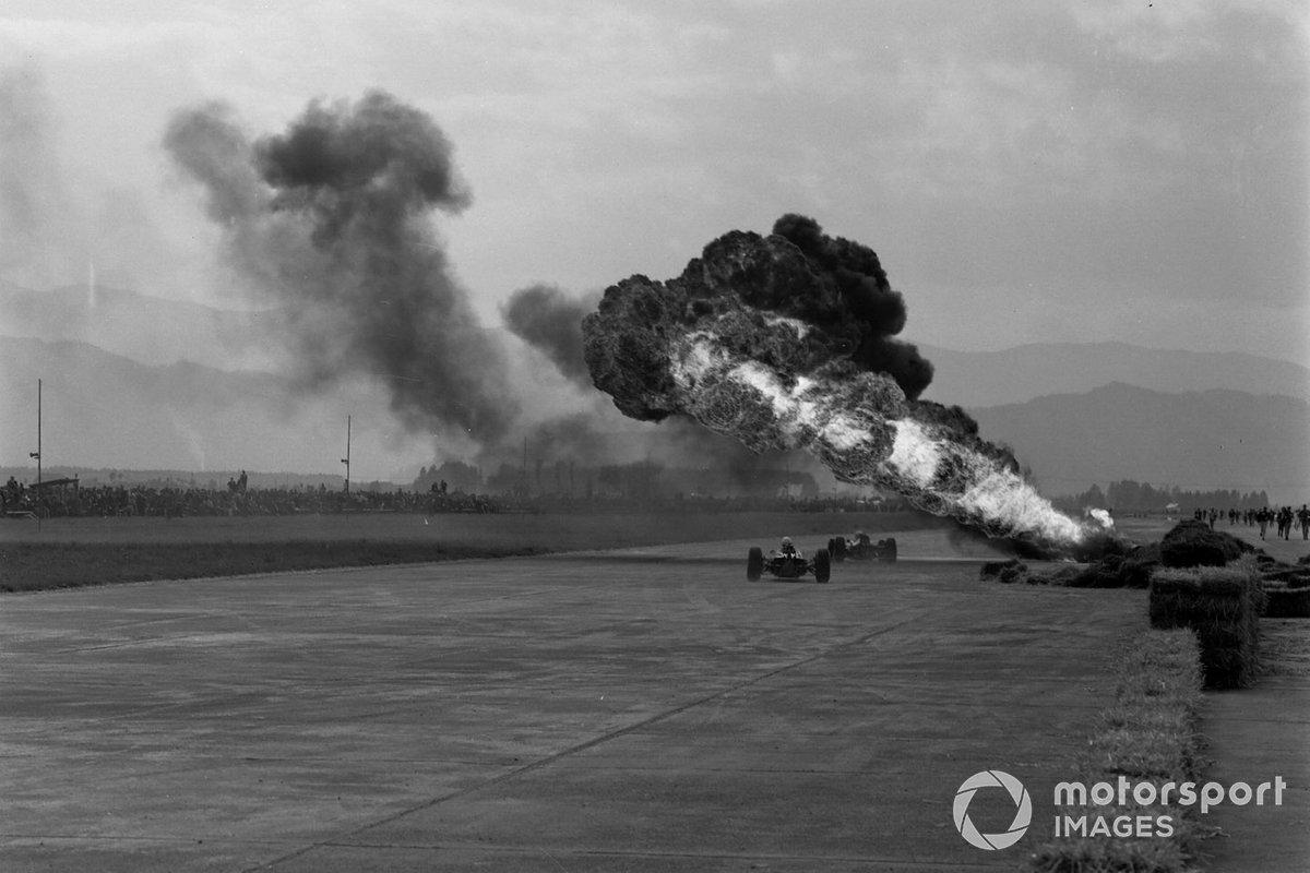…но огромный столб дыма было хорошо видно даже вдалеке от аэродрома