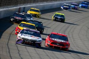 Denny Hamlin, Joe Gibbs Racing, Toyota Camry FedEx Ground, Kevin Harvick, Stewart-Haas Racing, Ford Mustang Busch Light Apple