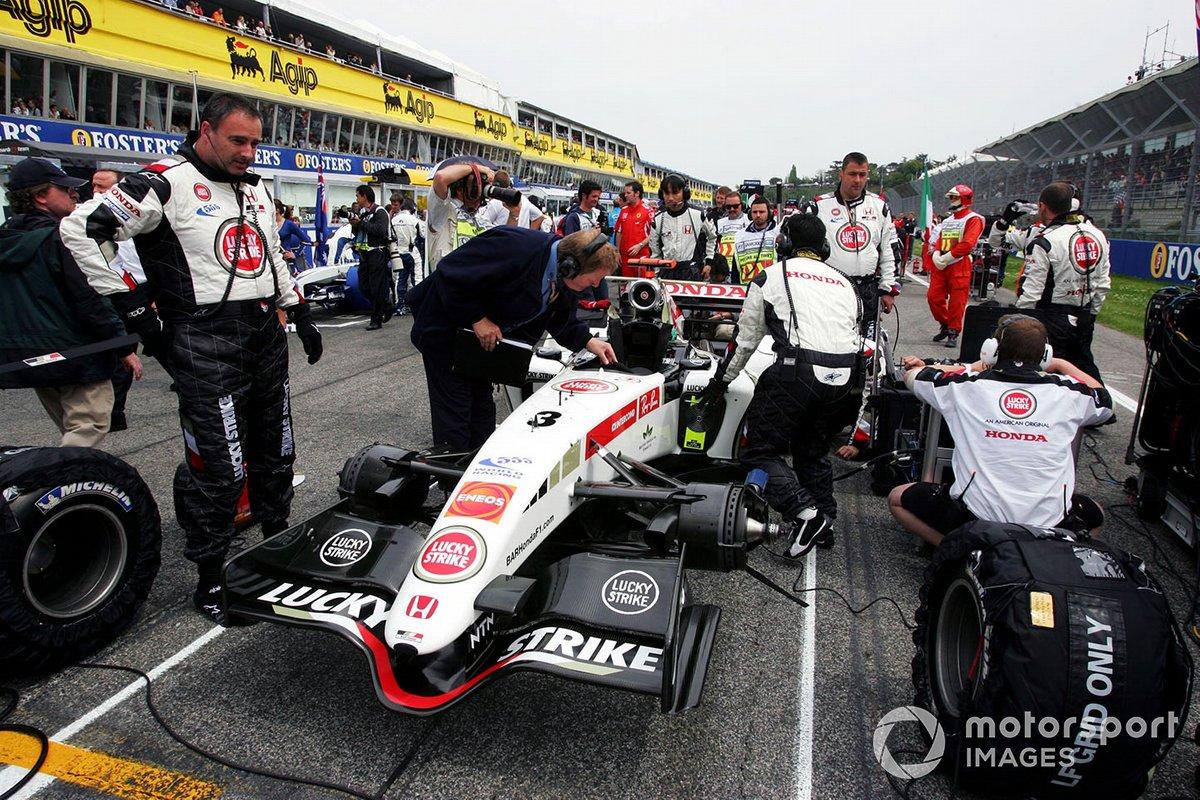 Jo Bauer, Delegado Técnico de la FIA hace comprobaciones al BAR Honda 007 de Jenson Button en la parrilla