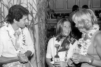 Jody Scheckter, Tyrrell, con su esposa Pam y Norah Tyrrell, esposa de Ken Tyrrell, dueño del equipo Tyrrell, en una fiesta temática