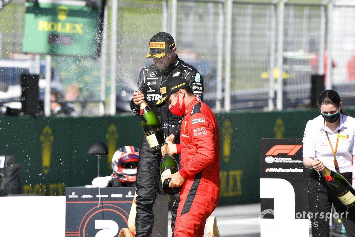 Il vincitore della gara Valtteri Bottas, Mercedes-AMG Petronas F1 e Charles Leclerc, la Ferrari festeggia con lo champagne
