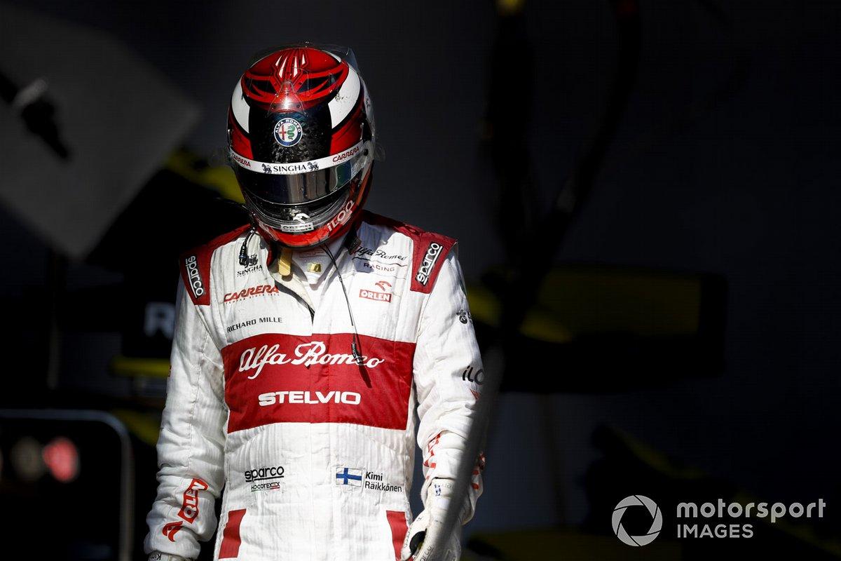 Kimi Raikkonen, Alfa Romeo, vuelve a su garaje después de retirarse de la carrera