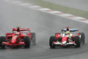 Kimi Raikkonen, Ferrari F2007 ve Ralf Schumacher, Toyota TF107