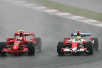 Kimi Raikkonen, Ferrari F2007 supera Ralf Schumacher, Toyota TF107
