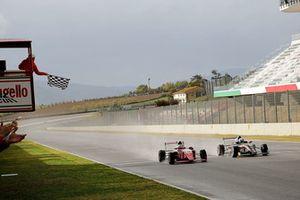 Enzo Fittipaldi, Prema Theodore Racing et Leonardo Lorandi, franchissent la ligne d'arrivée au coude-à-coude