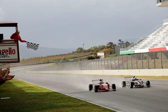 Bandiera a scacchi per Enzo Fittipaldi, Prema Theodore Racing e Leonardo Lorandi, Bhaitech