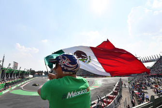 Nico Hulkenberg, Renault Sport F1 Team R.S. 18 and fan with Mexican flag