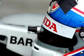 Anthony Davidson, BAR Honda 006, prova la telecamera sul casco