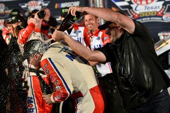 Kevin Harvick, Stewart-Haas Racing, Ford Fusion Mobil 1, festeggia la vittoria in Victory Lane