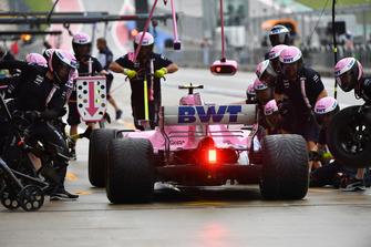 Esteban Ocon, Racing Point Force India VJM11 pit stop