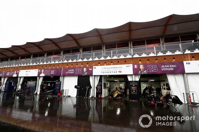 The Virgin, Techeetah teams in the wet pit lane
