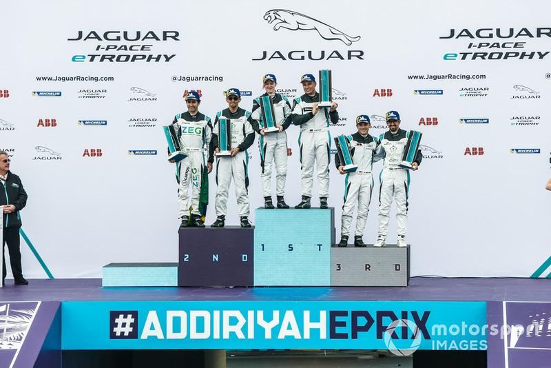 Los pilotos de las clases PRO y AM en el podio.
