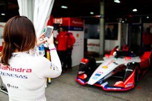 Katherine Legge, Mahindra Racing, prend une photo de sa voiture dans le garage