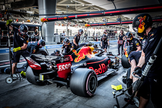Max Verstappen, Red Bull Racing RB14, pits