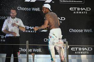 Победитель Льюис Хэмилтон, Mercedes AMG F1, и директор по коммуникациям Брэдли Лорд
