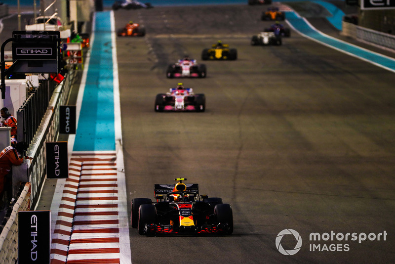 Max Verstappen, Red Bull Racing RB14, precede Esteban Ocon, Racing Point Force India VJM11