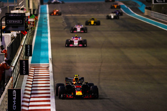 Max Verstappen, Red Bull Racing RB14, voor Esteban Ocon, Racing Point Force India VJM11
