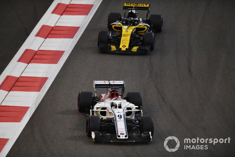 Marcus Ericsson, Sauber C37 y Nico Hulkenberg, Renault Sport F1 Team R.S. 18