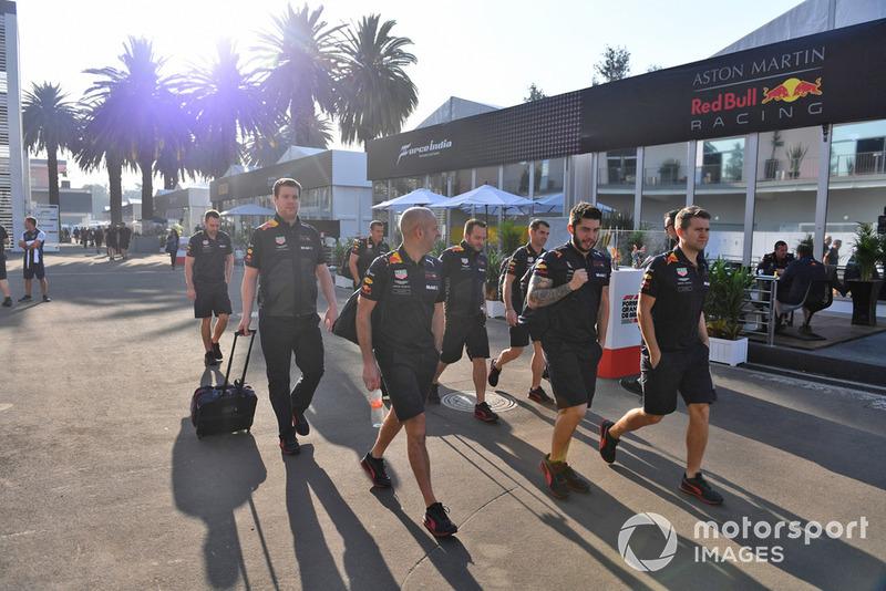Les mécaniciens Red Bull dans le paddock