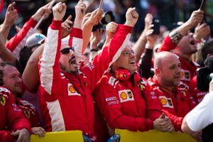 Il team Ferrari festeggia mentre Kimi Raikkonen, Ferrari, 1° classificato, sale sul podio