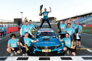 Gary Paffett, Mercedes-AMG Team HWA celebra con su equipo.