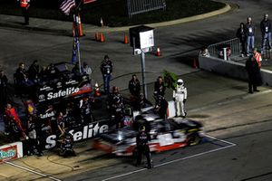 Noah Gragson, Kyle Busch Motorsports, Toyota Tundra Safelite AutoGlass, pit stop