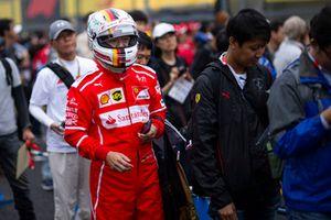 Un tifoso vestito da Sebastian Vettel, Ferrari