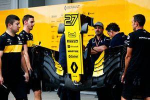Les mécaniciens Renault avec un aileron avant de la monoplace de Nico Hulkenberg, Renault Sport F1 Team R.S. 18