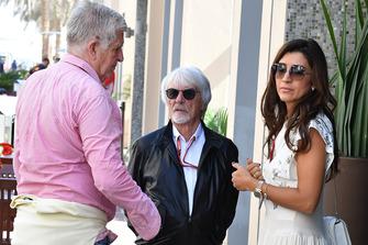 Bernie Ecclestone, Fabiana Ecclestone y Roger Benoit, periodista