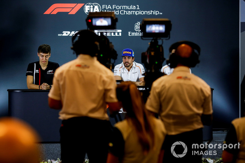 George Russell, Williams Racing y Fernando Alonso, McLaren en la conferencia de prensa