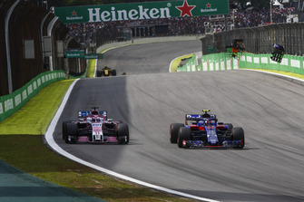 Pierre Gasly, Scuderia Toro Rosso STR13, passes Sergio Perez, Racing Point Force India VJM11