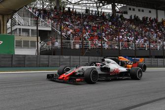 Romain Grosjean, Haas F1 Team VF-18 and Fernando Alonso, McLaren MCL33 battle