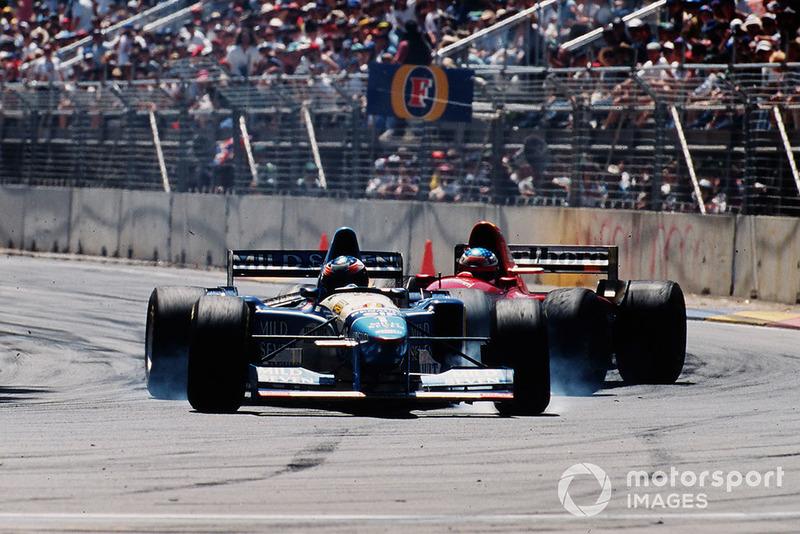 …а одним из ее знаковых событий стало столкновение Михаэля Шумахера с Жаном Алези. Для обоих та гонка была последней перед сменой команды: немец прощался с Benetton, где завоевал два титула, и переходил в Ferrari – а француз совершал обратный маневр