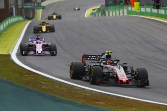 Kevin Magnussen, Haas F1 Team VF-18, Sergio Perez, Racing Point Force India VJM11, y Carlos Sainz Jr., Renault Sport F1 Team R.S. 18