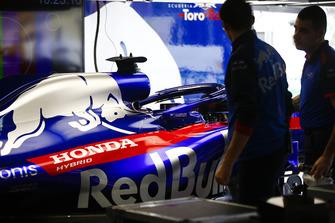 Les mécaniciens Toro Rosso Honda travaillent sur la voiture de Brendon Hartley Toro Rosso STR13