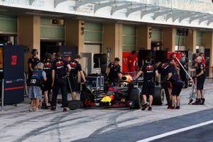 Pierre Gasly, Red Bull Racing RB14, si ferma nella sua piazzola box