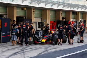 Pierre Gasly, Red Bull Racing RB14, stops in his pit area