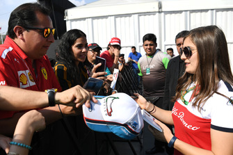 Tatiana Calderon, Sauber Test Driver signs autographs for the fans