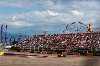 Kevin Magnussen, Haas F1 Team VF-18, voor Esteban Ocon, Racing Point Force India VJM11
