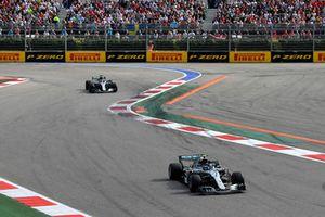 Valtteri Bottas, Mercedes AMG F1 W09, za nim Lewis Hamilton, Mercedes AMG F1 W09