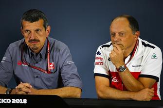 Guenther Steiner, director del equipo, Haas F1, y Frederic Vasseur, director del equipo, Alfa Romeo Sauber F1 Team, en la conferencia de prensa de los directores del equipo