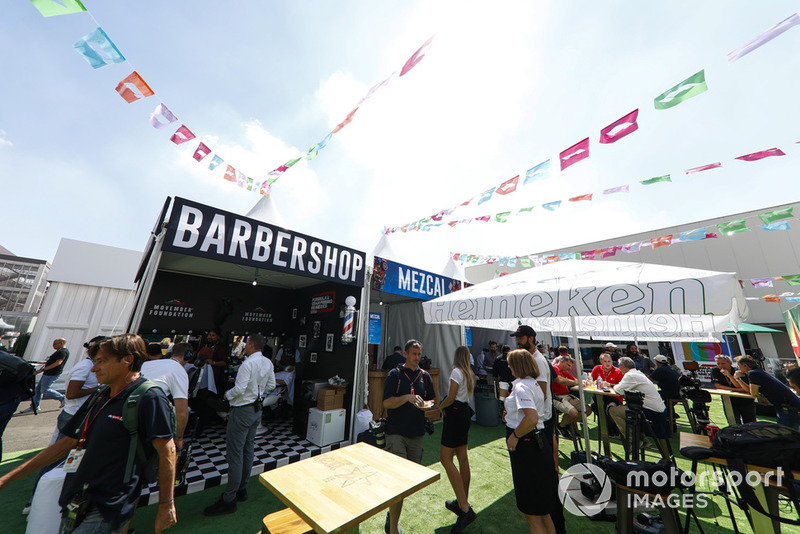 La zona de aficionados en el Autódromo Hermanos Rodríguez. El fotógrafo Russell Batchelor lleva comida para llevar