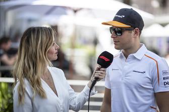 Stoffel Vandoorne, McLaren, discute avec Diana Vucetich