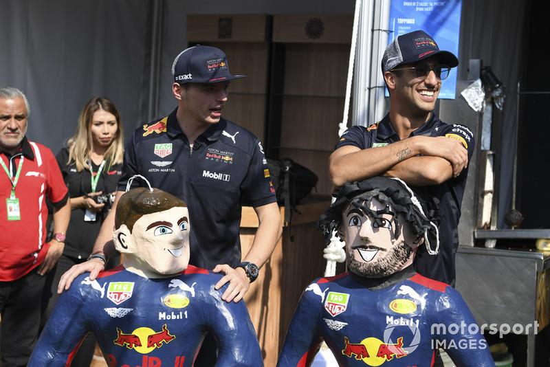 Max Verstappen, Red Bull Racing y Daniel Ricciardo, Red Bull Racing le pegan a su piñata